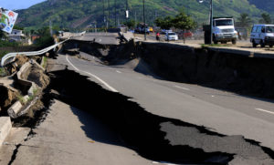 Portoviejo, martes 19 de abril del 2016 (Andes).-una parte de la vía Portoviejo-Rocafuerte colapso luego del teremoto del pasado sábado Foto:Andes/César Muñoz